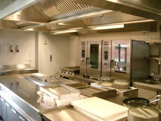 Montagem de cozinha do hospital S. Francisco Xavier
